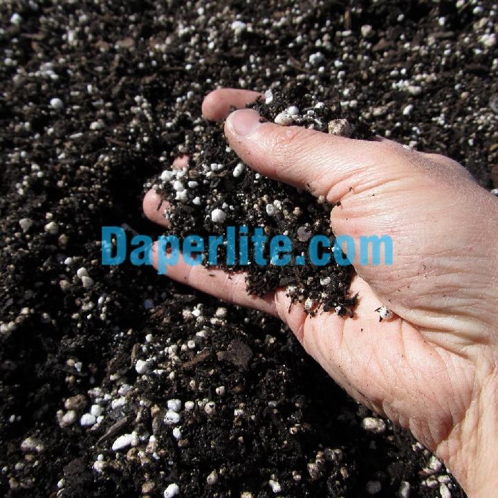 Các hạt màu tráng trong đất sạch chính là cách nhận biết đá Perlite nhanh nhất qua màu sắc